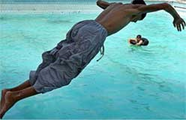'Verbod op zwemmen met lange short geen racisme'