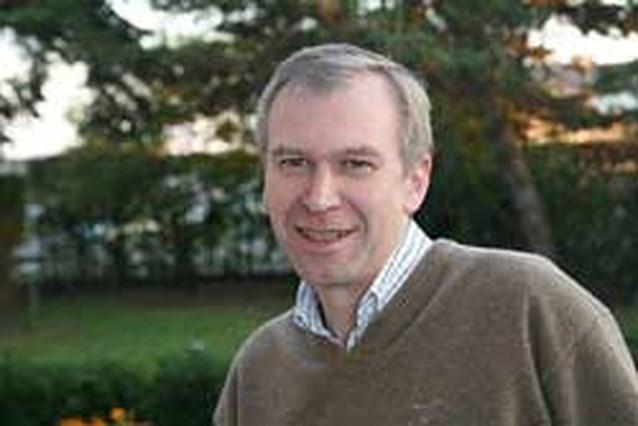 Yves Leterme laat zijn ogen krassen en zet na 30 jaar zijn bril af