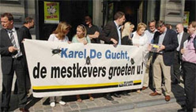 Vlaams Belang brengt mestkevers mee naar voorstelling 'Pluche'