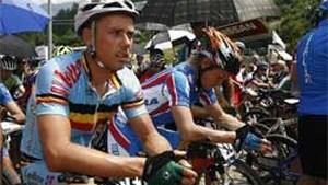 Sven Nys uit koers gehaald op WK Mountainbike