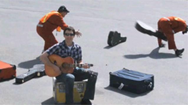 Zanger neemt via YouTube wraak op luchtvaartmaatschappij