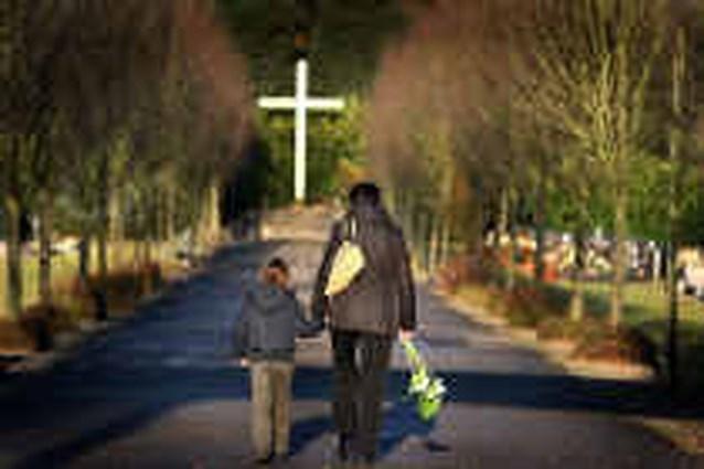 Groot kruisbeeld op kerkhof taboe?