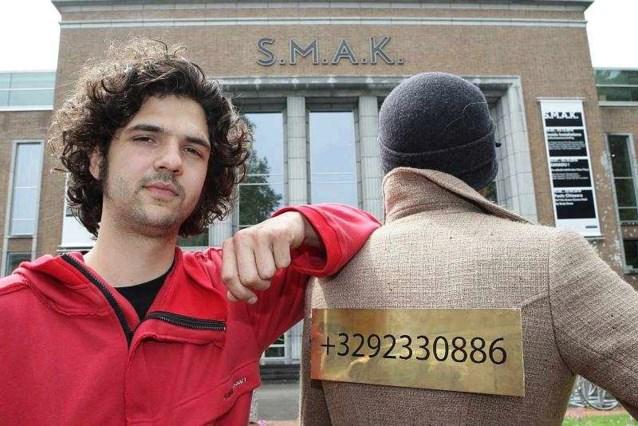 Kunstenaarsduo hangt stiekem eigen werk in SMAK