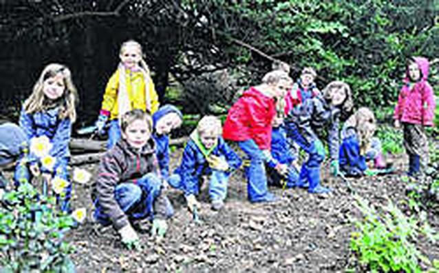 Leerlingen planten zevenduizend bollen