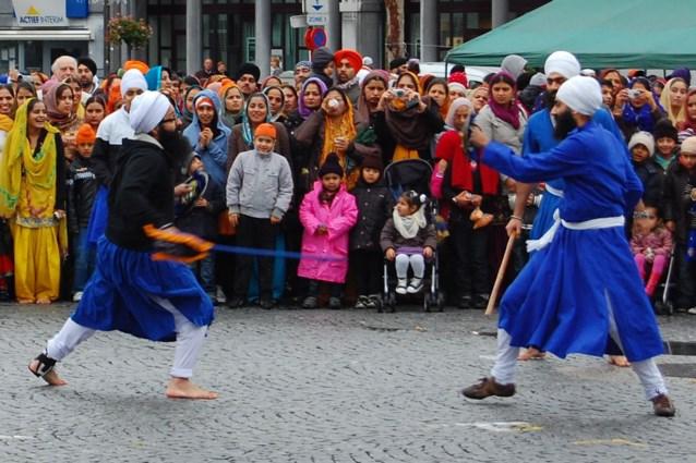 Sikhs vieren geboorte eerste leraar met processie