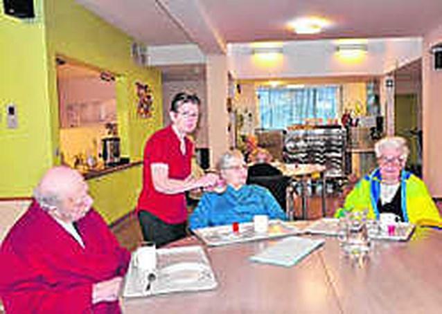 Ann Bombeken zorgt voor ontbijt van dementerende bejaarden