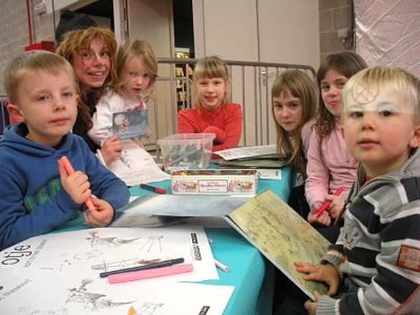 Heks Lotje brengt bezoekje aan kinderen