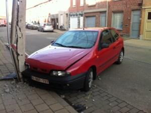 Auto ramt elektriciteitspaal