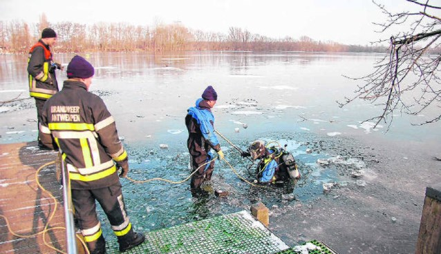 Antwerpse brandweer oefent onder het ijs