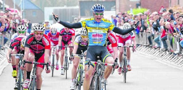 West-Vlaams tijdritkampioen Seppe Verschuere zet spurt met veertien vlot naar zijn hand