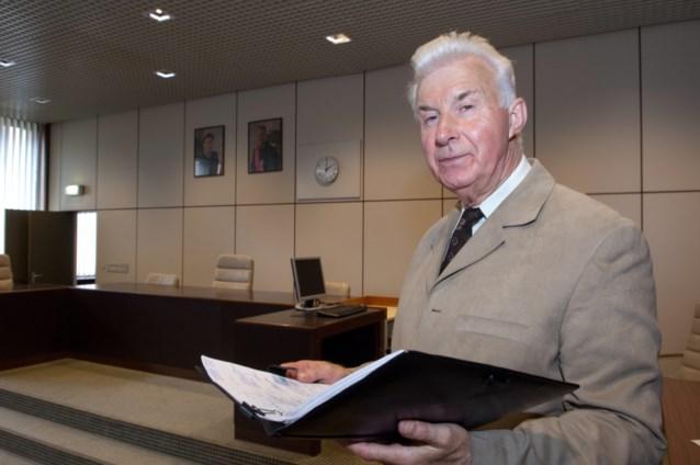 Brugse zaalwachter dwingt man recht te staan in rechtszaal
