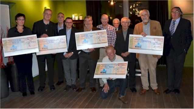 Serviceclub Fifty-One reikt cheques uit