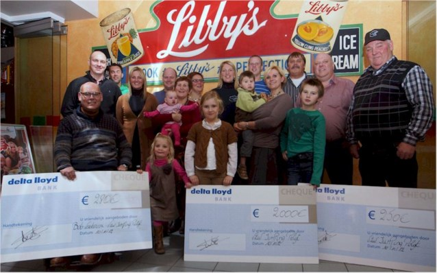 Jumping Polyt deelt cheques uit