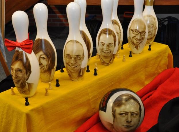 Kunstenares zet politici op bowlingkegels