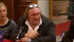 Gérard Depardieu viert Belgisch rijbewijs met drink