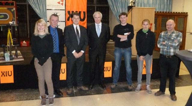 't SMIK als 100ste lid van XIU gevierd door gouverneur De Caluwé