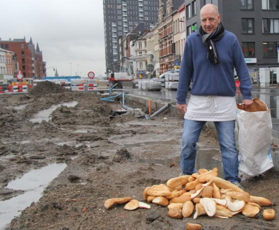Bakker kiepert uit wanhoop pistolets en brood op straat