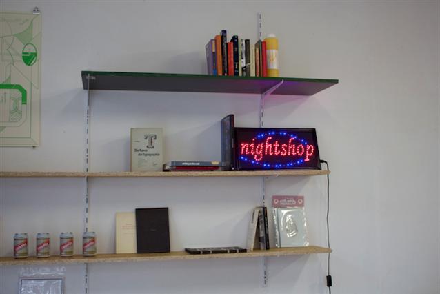 De Nachtwinkel: grafisch ontwerp en maandverband