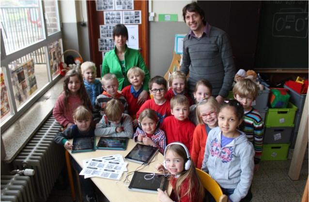 Kleuters experimenteren in de klas met iPads