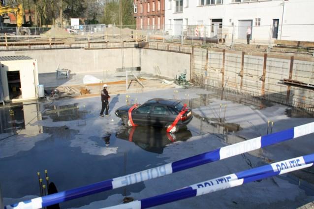 Bestuurder parkeert voertuig in bouwput