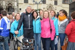 FOTO. Minister-president fietst voor 1000km van Kom op tegen Kanker
