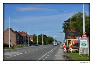 Op weg naar de Ronde: Borden waarschuwen voor afgesloten steenweg.... op verkeerde datum