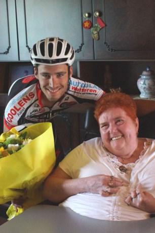 Kevin Eeckhout schenkt zegebloemen aan verlamde MS-patiënte
