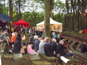 Een jazzconcert in het bos