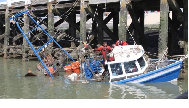 Schipper vaart zinkend vissersbootje net op tijd havengeul binnen