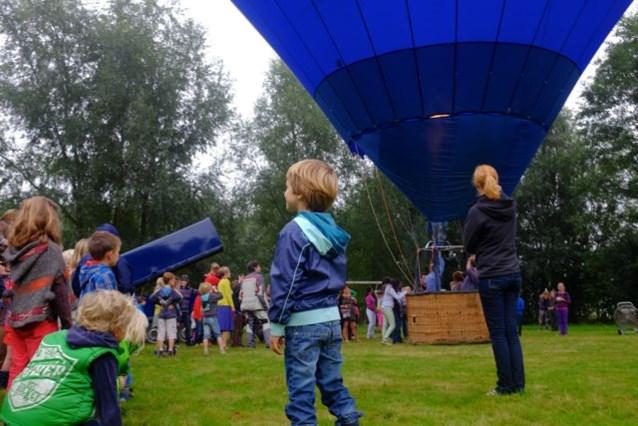 Kleuters Leefschool Eikenkring genieten van luchtballon