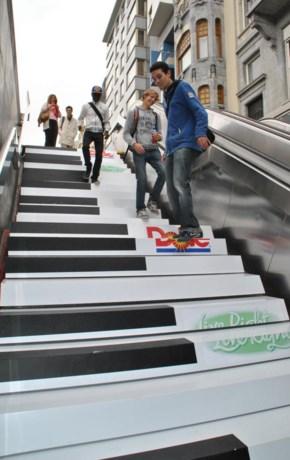 Muzikale pianotrap  in metrostation Montgomery