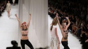 Topless protest tijdens modeshow