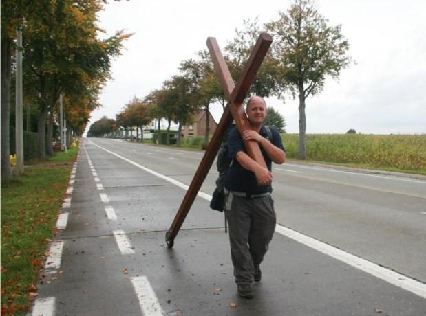 Britse 'Jezus' trekt met houten kruis door Vlaanderen