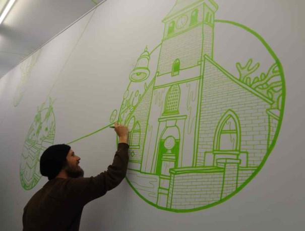 Gijs Vanhee maakt muurtekeningen voor De Kettinghe