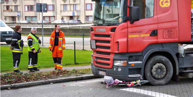 Moeder ziet dochtertje onder truck belanden