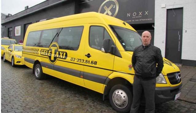 Gele taxibussen brengen jongeren veilig thuis