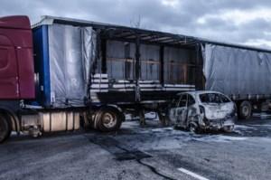 Bestuurster zwaargewond na crash onder trailer