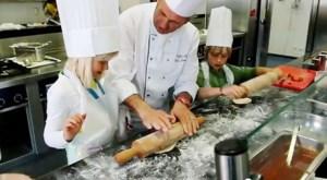VIDEO. Hotelschool geeft workshop pizza maken tijdens infomoment