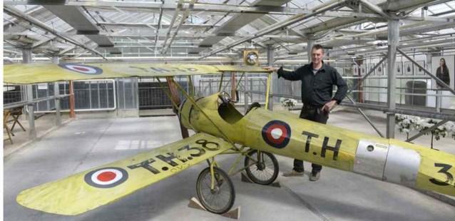 Kunstenaar maakt vliegtuig uit recuperatiemateriaal