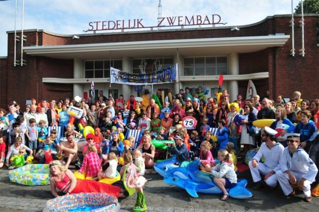 Tweehonderd actievoerders eisen dat openluchtzwembad vroeger opent