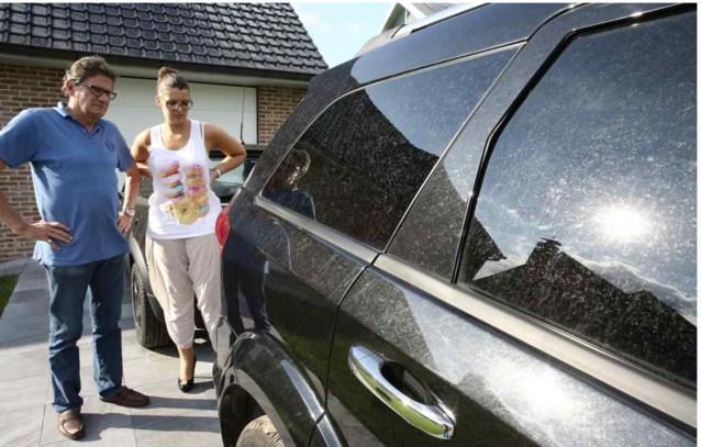 Kleverige smurrie valt op rijdende auto's