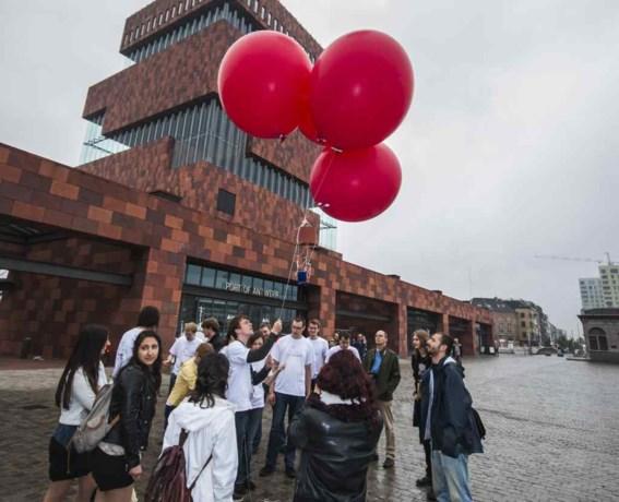 Studenten fotograferen met ballonnen