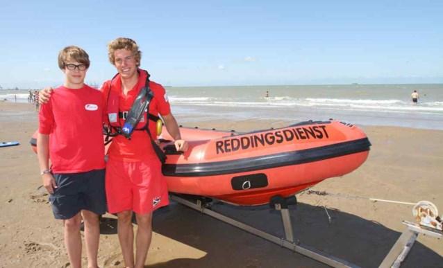 Strandredders halen vader en zoon uit zee