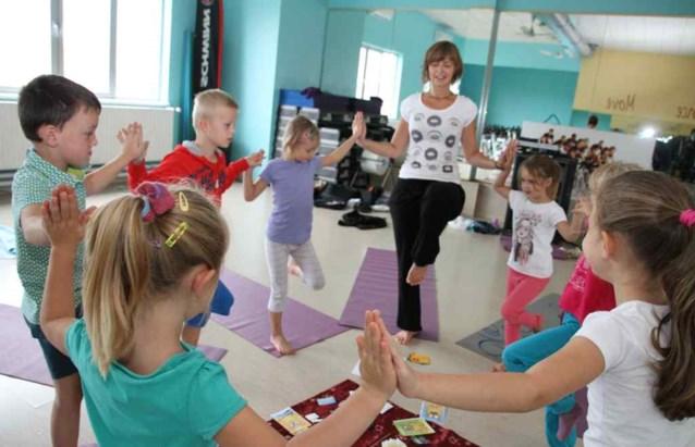 Kinderen leren ontstressen  met aangepaste yogalessen