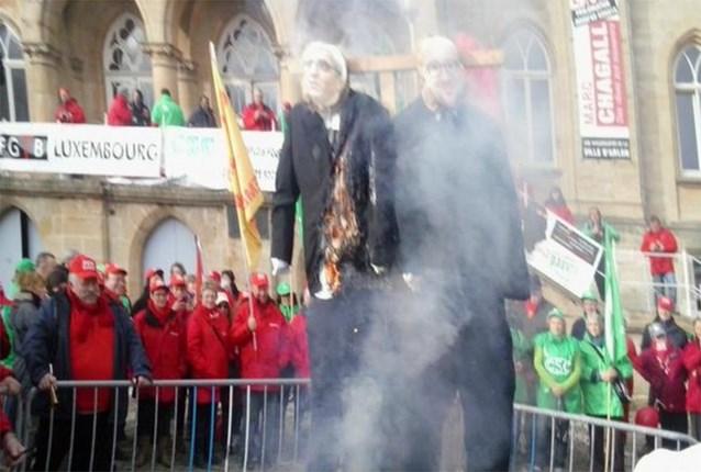 Stakers steken poppen Michel en Timmermans in brand