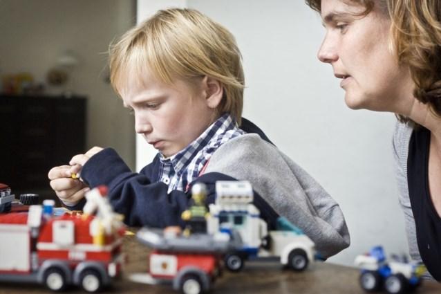 Kinderen die met lego spelen worden wiskundeknobbels