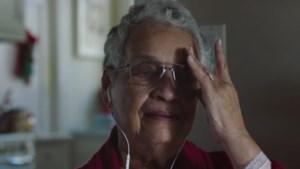 Apple ontroert met kerstfilmpje over oma en kleindochter