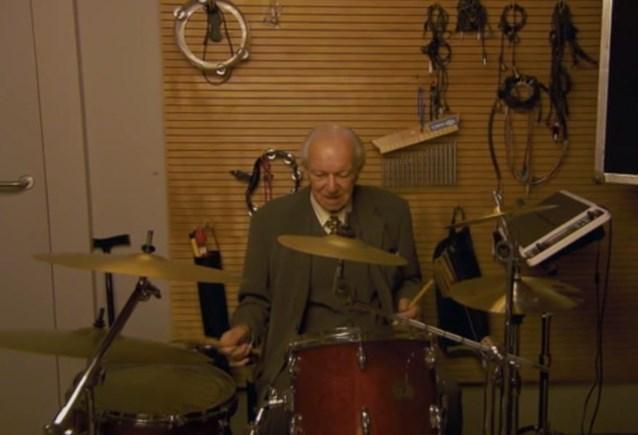 Opa Matteo Simoni gaat wild te keer op drumstel
