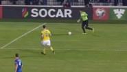 Zlatan krijgt cadeautje van Moldavische doelman