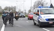 Boonen als ervaren gids bij verkenning, met de hulp van de politie